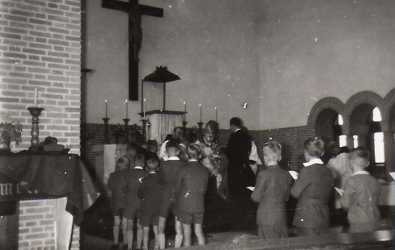 Toediening H. Vormsel in 1957 door Monseigneur Baeten