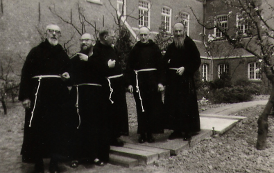 Broeder Gualbertus koster, pater Sixtus assistent, pater Norbertus rector, broeder Olaf kok, broeder Landericus tuinman en termijnbroeder in 1966