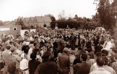 De onthulling van de Kapucijn 1 juni 1991 bracht heel wat volk op de been richting Slikgat