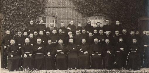 De kloostergemeenschap in 1925 bij gelegenheid van het vertrek van pater Tarcisius van Valenberg naar de missie van Borneo
