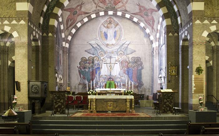 Priesterkoor met fresco van Hemelvaart