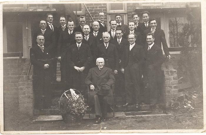 Antoon Rijnaars 70 jaar koorlid in 1954 (voor gebouw De Brug)